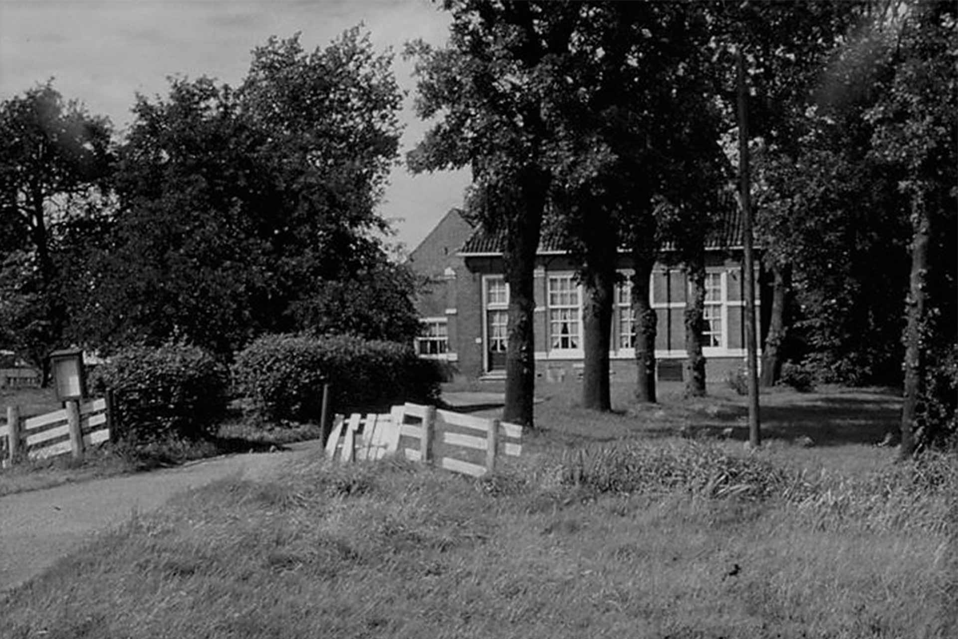 De-Hofboerderij-oud-in-zwart-wit_1920x1280-96ppi